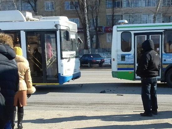 Троллейбус пострадал от автобуса на остановке в Саранске